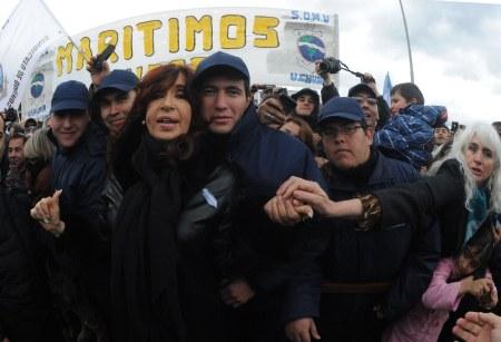 Cristina Kirchner, en el sur de Argwentina, con obreros, recuerda a los combatientes caídos en Malvinas.
