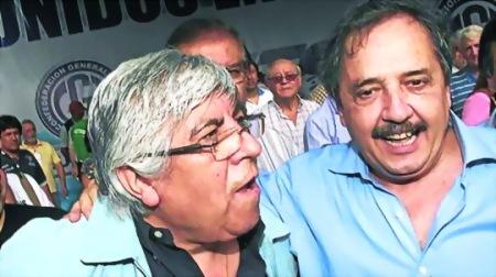 Abrazo Hugo Moyano, gremialista, y Ricardo Alfonsín, en 10 diciembre 2012. Telam.