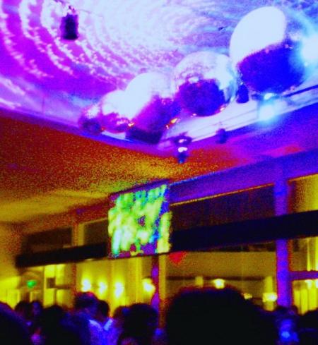 Esfera local de luces, como un cielo estrellado tecnológico sobre los humanos. Foto por Amílcar Moretti, 2012.