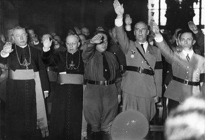 Curas hacen saludo nazi. A la derecha, Goebbels.