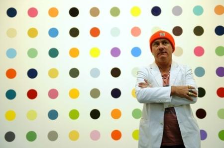 La duda con Damien Hirst surgió hace un tiempo cuando volvió a pintar series de puntos de colores, que subasta muy bien. Además, las obras las pintan sus asistentes.