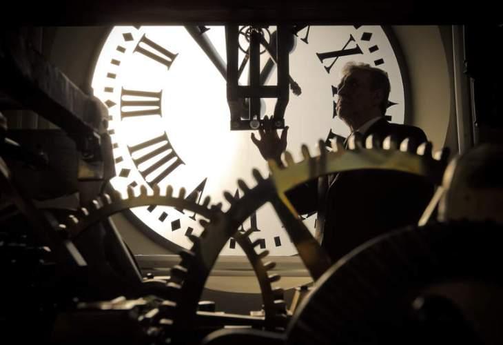 El relojero Jesús López Terradas pone a punto el reloj de la Puerta del Sol de Madrid, listo y engrasado para cumplir con precisión su minuto anual  del 2013. (Foto Emilio Naranja de EFE.
