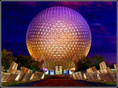 Esfera de Epcot, en Disney Orlando, símbolo imaginado con ayuda de Ray Bradbury para los parques temáticos de las nuevas tecnologías y el futuro.