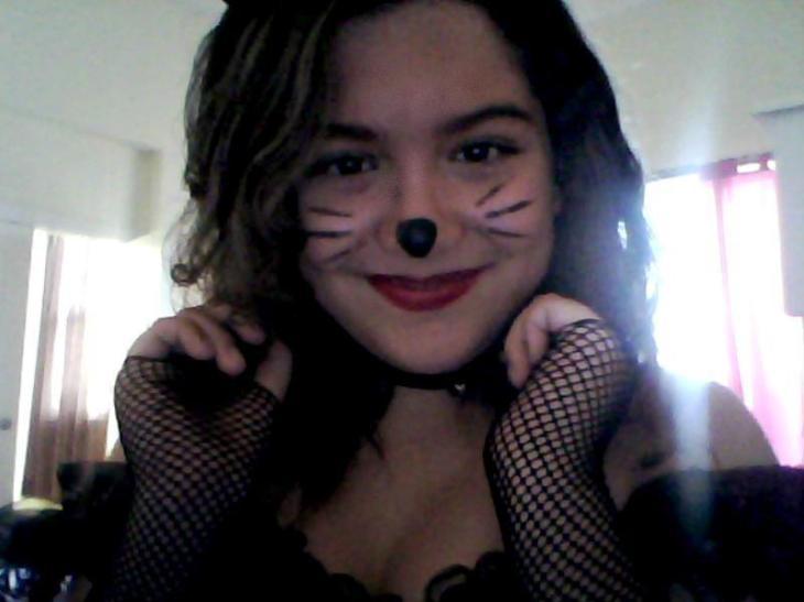 la niña Leyla Hernández, supongo, cree que la mejor forma de afrontar el Fin del Mundo es vestirse de gatita.