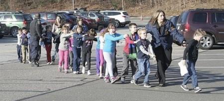 Policías de EE.UU. evacúa chicos de escuela  por la matanza de ayer en Connecticut. 12 diciembre 2012. EFE.