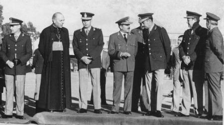 Primatesta al lado de Menéndez; (tercero a la der.), Videla.