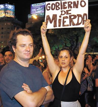 Cacerolera antikirchnerista de clase media porteña. Foto de Leandro Teisseire (diario Página12, Buenos Aires, domingo 13 de enero 2013)