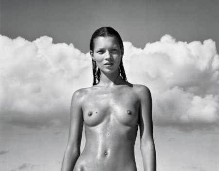 Mario Sorrenti, el fotógrafo  fashion, registró a kate Moss, su novia, también en 1993. Congnada en Naked Yoga and the Movement