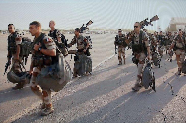 """Soldados franceses rumbo a la """"liberación democrática"""" de Mali, su ex colonia, con oro y petróleo, cerca de la destruída Libia."""