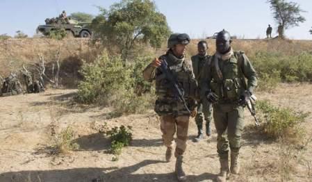 Tropas francesas invadieron Mali, su antigua colonia africana. Aquí con militares malienses. Foto de ARNAUD ROINE, de EFE. Diario El País, Madrid.