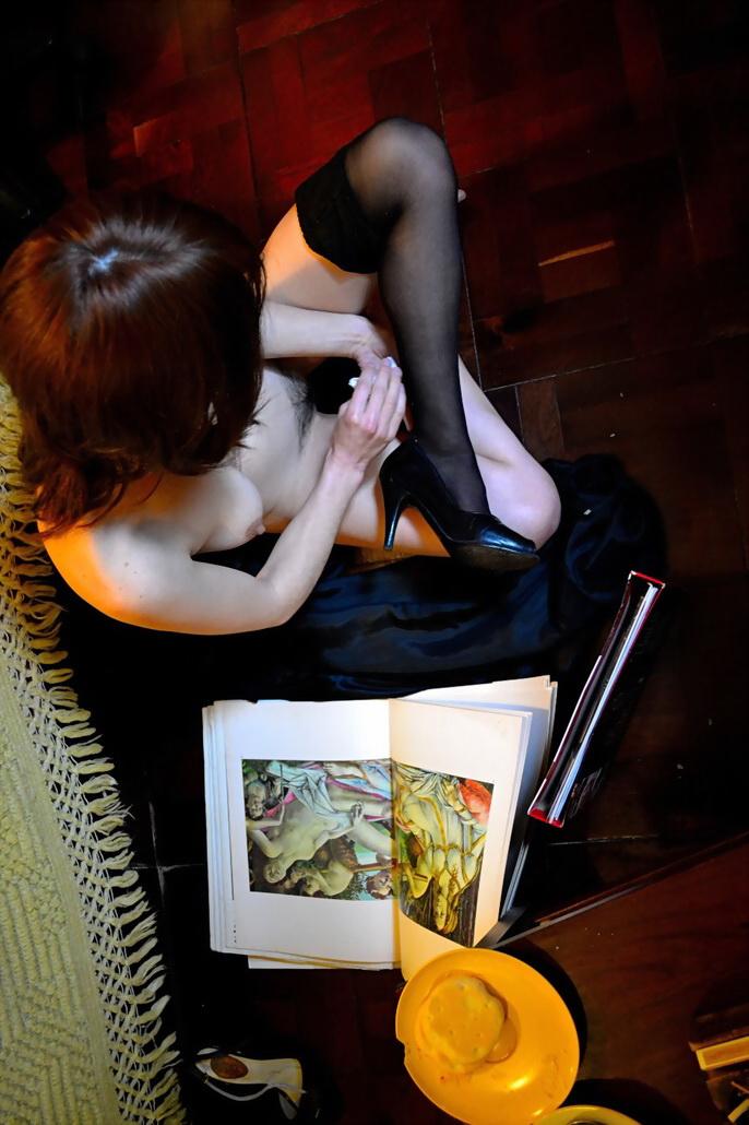 Diana lee libros de arte. Foto por AMÍLCAR MORETTI. Editada el 22 de febrero 2013. Argentina.