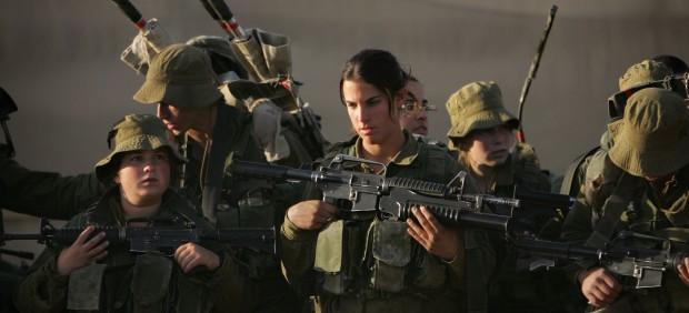 Mujeres soldadas norteamericanas en el frente. Ahora autorizadas a participar en combate.
