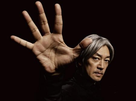 Ryuichi Sakamoto, japonés, músico, compositor, actor y creador de bandas sonoras de numerosos y prestigiosos filmes.
