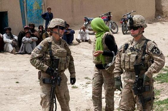 Ahora Obama permitió que las mujeres soldados luchen en el frente de guerra. Más militares para invasiones y destruir países.