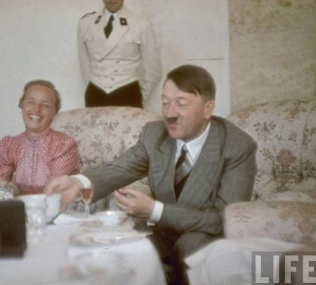 Té con Hitler y Eva Braum,  ambos felices, de humor, satisfechos, contentos.