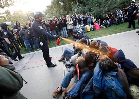 Tortura pública y humillación a detenidos indefensos en Estados Unidos.