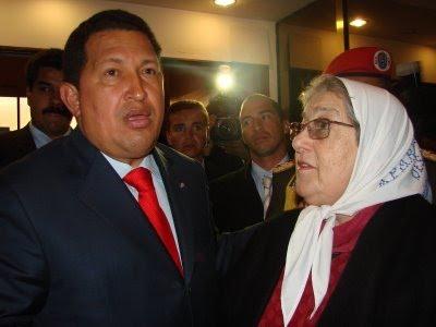 Hugo Chávez con Hebe de Bonafini, presidenta de las Madres de Plaza de Mayo, de 30 mil desaparecidos.