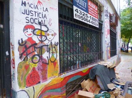 Foto por AMÍLCAR MORETTI. Justicia social y pobreza en la calle, pleno centro de Buenos Aires. Pasaje Discépolo. Corrientes y Callao. 24 de marzo de 2013. Argentina.