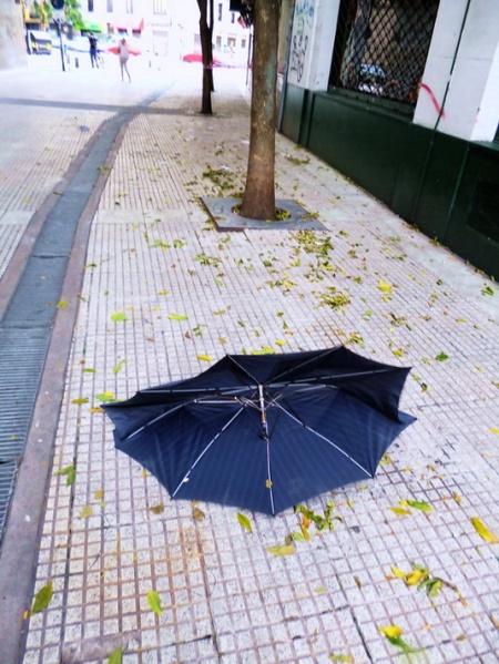 Por AMÏLCAR MORETTI. Paraguas roto y abandonado. Pasaje Discépolo, av. Corrientes y Callao, hacia salida por Callao. Buenos Aires. 24 de marzo 2013, en el 37 aniversario de la última dictadura militar argentina.