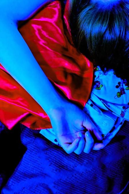 Chica Blu Bossa. Mano que descansa en la cama. Foto por AMÍLCAR MORETTI. Ed. 27 marzo 2013. Argentina.