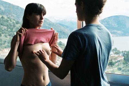 """Escena de iniciación sexual de la protagonista de la griega """"Attenberg"""", que se estrena esta noche de miércoles en I-Sat."""