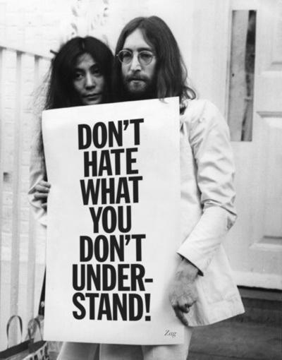 """""""No nos calienta que Ud. no comprenda"""", cartel de principios de John Lennon y Yoko ONO, hace muchco pero mucho tiempo. Consignada por Jean Christophe en Pinterest. (autor no identificado)"""