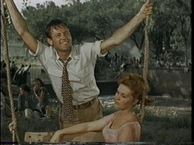 William Holden, antes de que le rasguen la camisa,  en seducción de Kim Novak, que a esa altura ya estaba muerta por él, aunque no tenía un peso.