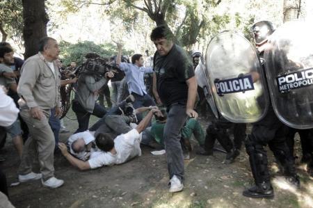 La Policía porteña del intendente Macri de Buenos Aires apalea y dispara contra macientes psiquiátricos, médicos y enfermeros del histórico Hospital Borda Psicoasistencial, fundado en  1865