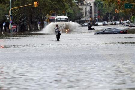 Cada calle, un río. En el centro también. Clarín-La Nación.