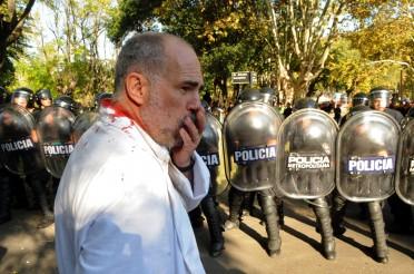 Médico lastimado ve con horror la represión de enfermos. De Infonews.