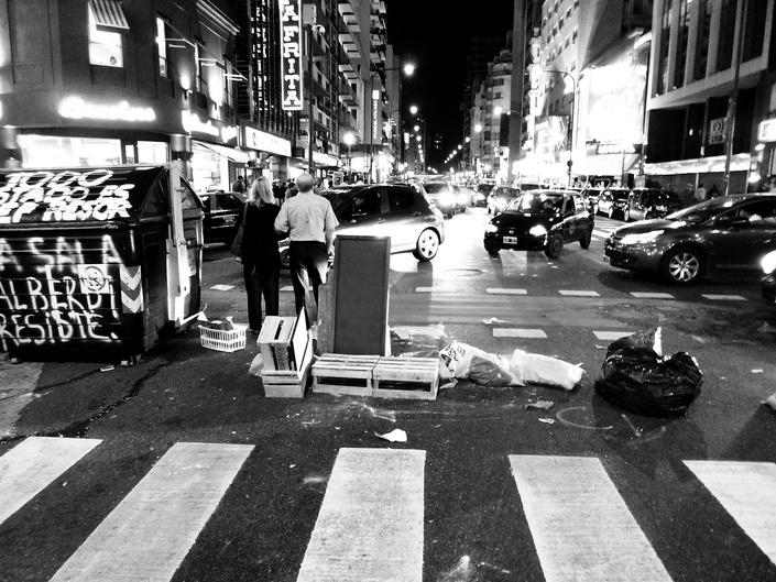 Dictadura Militar Argentina: a 37 años. Avenida Corrientes, cerca de Callao, se prepara. Sábado 23 a las 23 horas. Foto por Amílcar Moretti.