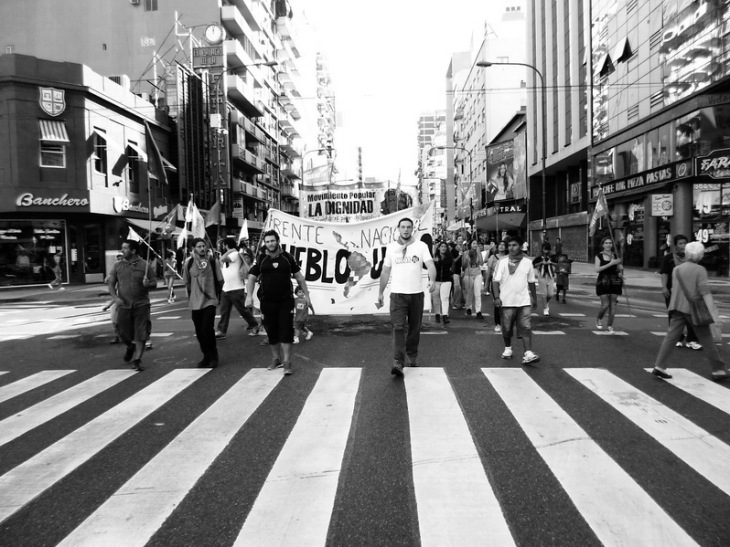 Avenida Corrientes en Buenos Aires: frente de una de las columnas populares que marchan a Plaza de Mayo para repudiar el golpe de estado de 1976 que dio lugar a la última dictadura militar argentina. Foto por Amílcar Moretti.