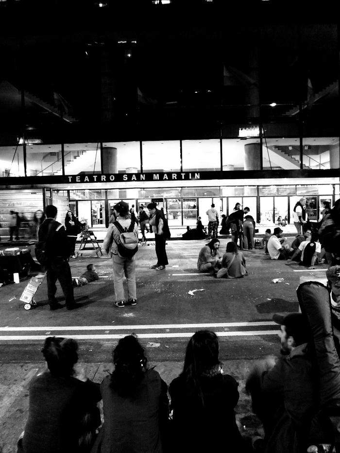 Dictadura Militar Argentina: a 37 años. La A venida Corrientes se prepara. Manifestantes contra el cierre del valioso Centro Cultural General San Martín destruído por el intendente de derecha (no peronista) Macri. Sábado 23 cerca de medianoche. Foto por Amílcar Moretti..