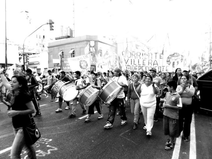 Avenida Corrientes el domingo 24 de marzo pasado: mujeres y hombres con los típicos bombos peronistas marchan hacia la histórica Plaza de Mayo de Bueno Aires. Se cumplen 37 años de la última dictadura militar, que dejó 30 mil desaparecidos. Foto por AMÍLCAR MORETTI.