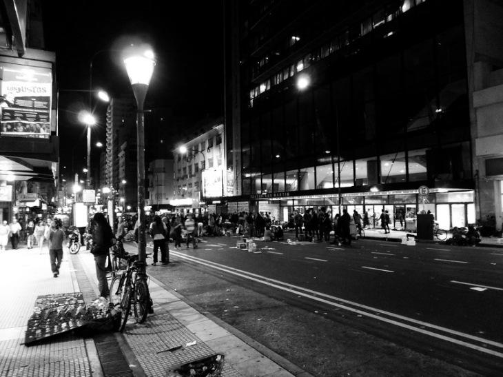 Dictadura Militar Argentina: a 37 años del 24 de marzo de 1976. Avenida Corrientes, final de la concentración frente al Teatro General San Martín, semidestruido por el intendente antiperonista Macri. Sábado 23 casi a medianoche. Foto por Amílcar Moretti. Se viene el domingo, día central.