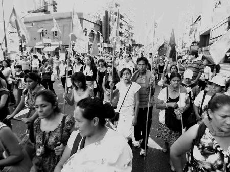 Avenida Corrientes de Buenos Aires: mujeres y hombres de sectores populares, peronistas y de grupos de asentamientos habitacionales pobres, marchan a Plaza de Mayo para recordar a los asesinados desde el 24 de marzo de 1976, durante la dictadura militar que duró hasta 1983. También se encolumnan en defensa de sus derechos sociales, restablecidos por el gobierno peronista en su ciclo kirchnerista. Foto por Amílcar Moretti.