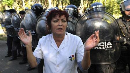Enfermera no puede creer la represión policial y la destrucción de los talleres de trabajo para los pacientes. Diario La Voz.