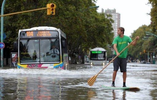 Sur con escoba o remo. La Plata. AFP.
