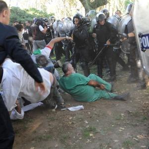 Médicos y enfermeros apaleados por la policía de la ciudad de Buenos Aires. Diario Hoy.