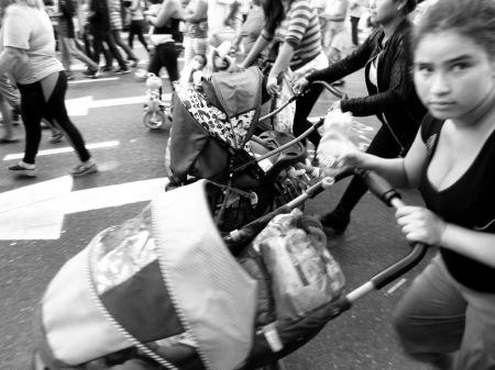 MUjeres con sus bebés, por Avenida Corrientes, central en Buenos Aires. Domingo 24 de marzo de 2013, a 37 años de la instalación de la última dictadura militar  argentina. Van a Plaza de Mayo para recordar a sus muertos asesinados y en defensa de su trabajo y dignidad social peronista. Foto por Amílcar Moretti.