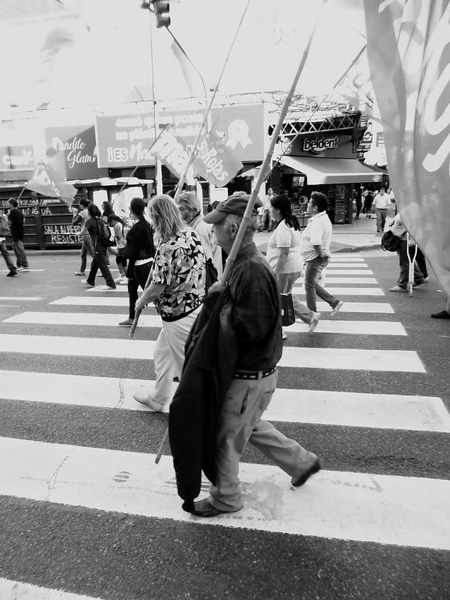 Anciano y orgulloso militante del MAS marcha en columna el domingo pasado, por la Avenida Corrientes. Se dirige junto a sus compañeros de izquierda hacia la histórica Plaza de Mayo para la gran concentración en repudio a la última dicta militar argentina, iniciada hace 37 años, un 24 de marzo de 1976. El veterano del trotzquismo porta su bandera roja y camina al paso dinámico de los encolumnados de su movimiento. Foto por Amílcar Moretti, a las 15 horas.