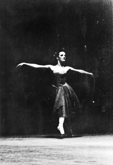 Foto por Amílcar Moretti. Bailarina de ballet no identificada. Imagen registrada en algún momento entre finales de la década del 70 y principios o mediados de la del 80. La Plata. Argtentina. registro en película Kodak Tri-X forzada en el revelado tradicionao. Luego digitalizada.