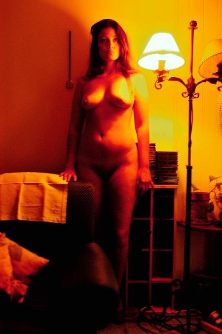 Volumen cálido rojizo de barroco femenino sobrepone a semiplanitud de pared hogareña. Por AMÍLCAR MORETTI. Regitrada el 11 de abril 2011, edición martes 9 de abril 2013. Argentina, en ciudad de La Plata.