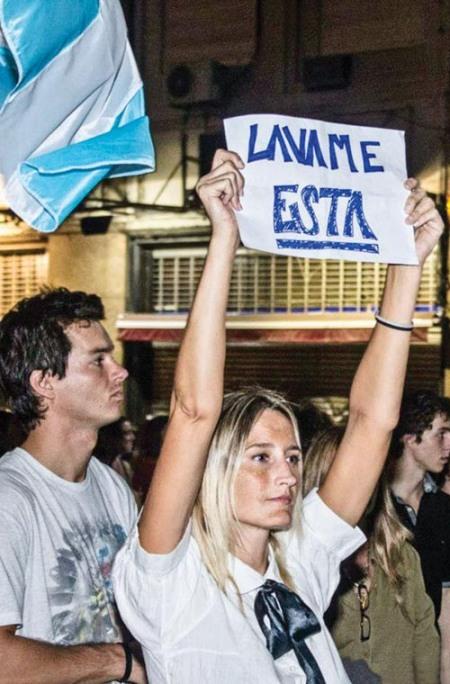 "Cartel de ""cacerolera"" antikirchnerista que encubre una clara obscenidad sexual hacia la Presidenta Cristina Kirchner. 18 de abril 2013. Buenos Aires. Argentina."