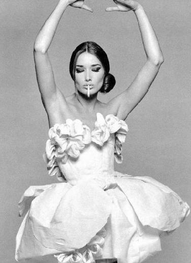 Carla Bruni, modelo, cantante, ex Primera Dama, hija de alta burguesía italiana del Norte (fabricantes de neumáticos, con marca vendida a Pirelli)
