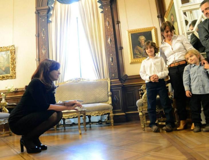 Cristina con Agustín y su hermano Nicolás en Casa Rosada