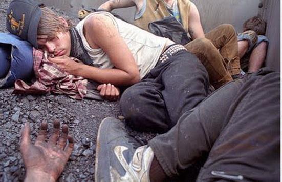 Jóvenes norteamericanos en estado de abandono y miseria extrema en las calles de Estados Unidos. Foto del norteamericano Mike Brodie. Ver sitio 500 Photographers o el sitio personal del mencionado joven artista.