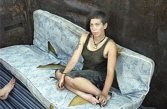 Foto del norteamericano Mike Brodie (1985) de mujer abandonada en estado de calle, en Estados Unidos.