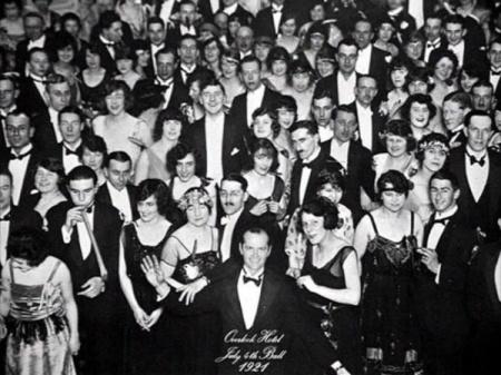 """Fotografía final en el cuadro del solitario hotel helado en """"El resplandor"""" (The Shining""""). Staney Kub rick-Jack Nicholson."""