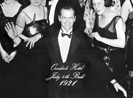 """Cuadro final en la pared del hotel de """"El resplandor"""", película de Stanley Kubrick, que quizás hace referencia a una vieja fiesta de año nuevo en que todos, quizás, fueron felices."""